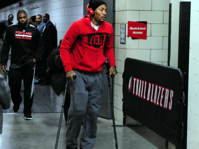 derrick-rose-injured-his-knee-and-left-arena-on-crutches