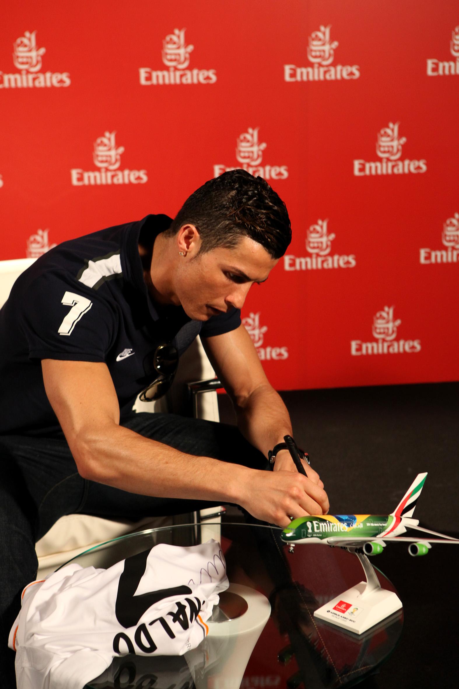 Emirates_Global_Ambassador_Cristiano_Ronaldo_signing_Emirates_plane