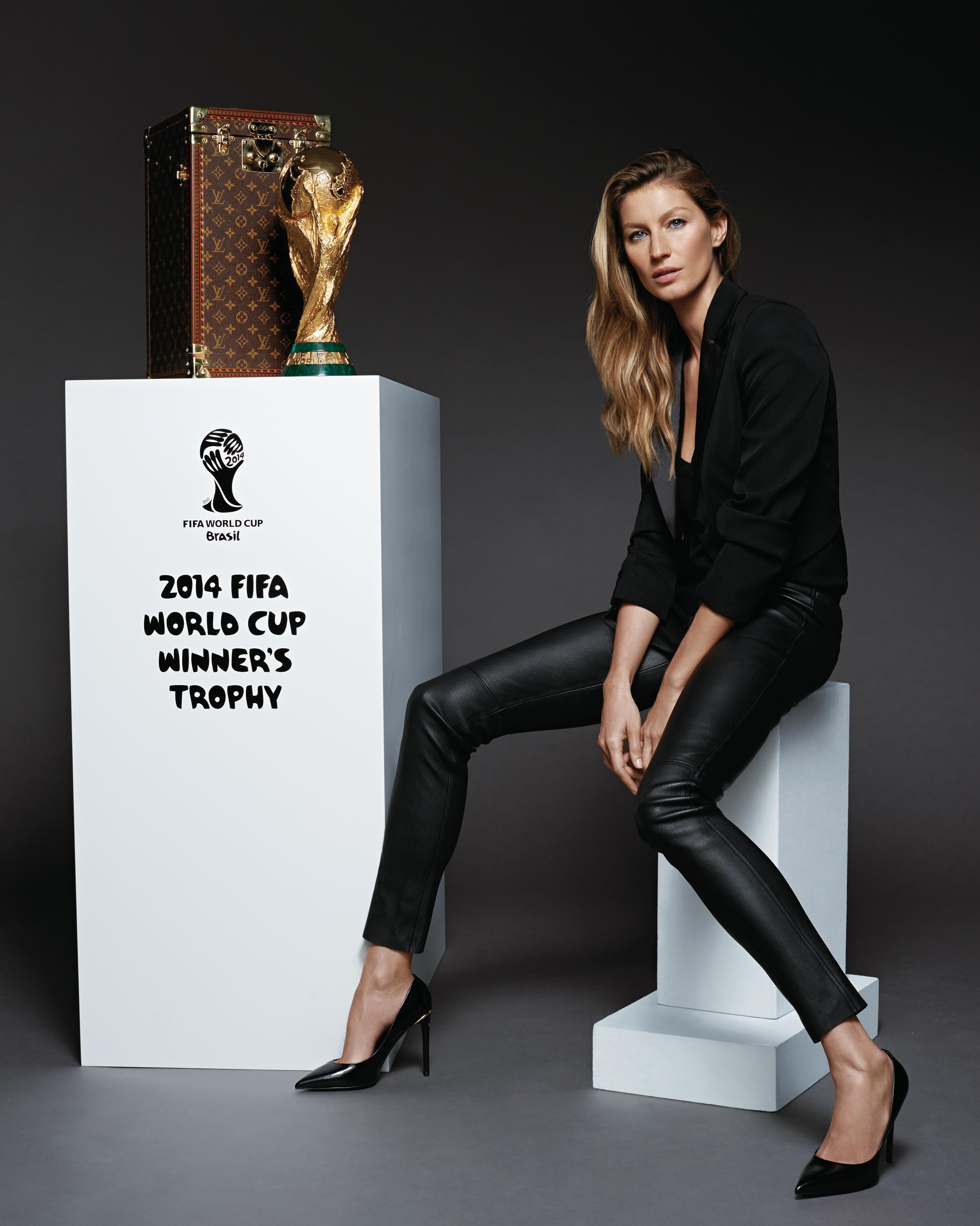 GiseleBundchen_malle-Trophee-Louis-Vuitton_Coupe-du-Monde-de-la-FIFA_lowres