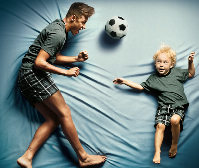 neymar au lit avec son fils pour lupo. Black Bedroom Furniture Sets. Home Design Ideas