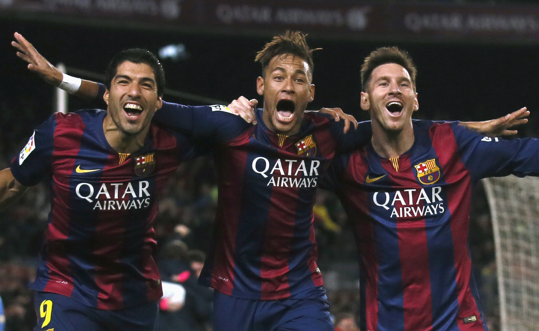 (L-R) Barcelona's Luis Suarez, Neymar and Lionel Messi celebrate a goal against Atletico Madrid during their Spanish First Division soccer match at Camp Nou stadium in Barcelona January 11, 2015. REUTERS/Albert Gea (SPAIN - Tags: SPORT SOCCER) - RTR4KYNS