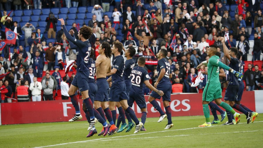 paris-saint-germain-players-victory-jump