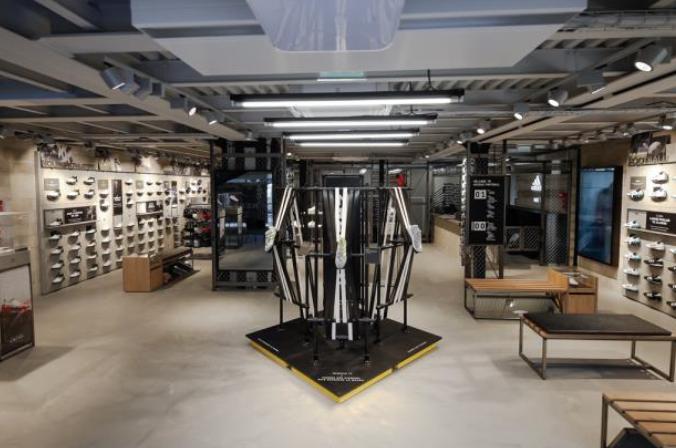 Au premier étage, 134 mètres carrés sont dédiées au textile avec notamment  les maillots des meilleurs clubs européens et des fédérations sous contrat  comme ...