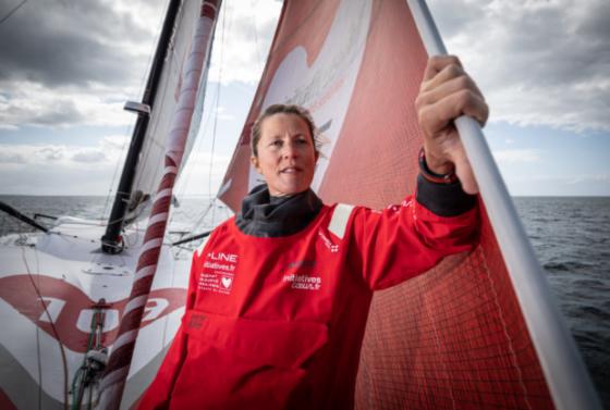 """A 46 ans, la britannique Sam Davies participe à son 3e Vendée Globe. Classée 4ème en 2009, elle compte plus de 25 transatlantiques à son actif. Elle est """"à la barre"""" d'Initiatives-Coeur depuis 2017"""