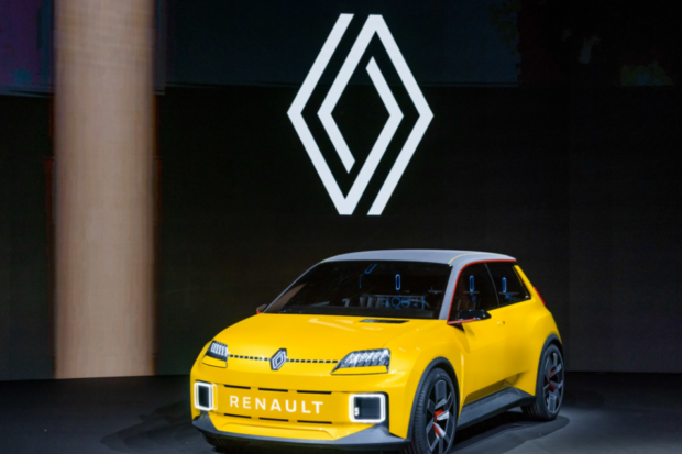 Et en photo bonus, la renaissance d'unmodèle culte : Renault 5Prototype, pour retrouver l'esprit des temps glorieux et montrer que Renault va démocratiser la voiture électrique en Europe avec une approche moderne de la voiture populaire et essentielle. Copyright Photo : Olivier Martin Gambier
